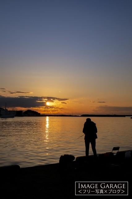 三崎・花暮岸壁の釣り人と夕焼のフリー写真素材(無料)