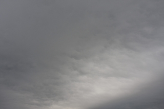 少し明るい箇所があるどんよりした曇り空