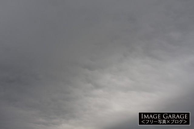 少し明るい箇所があるどんよりした曇り空のフリー写真素材(無料)