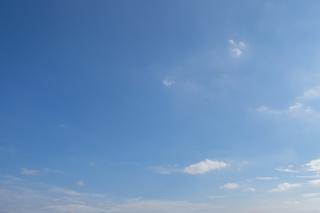 ちょぼちょとと雲がある青空