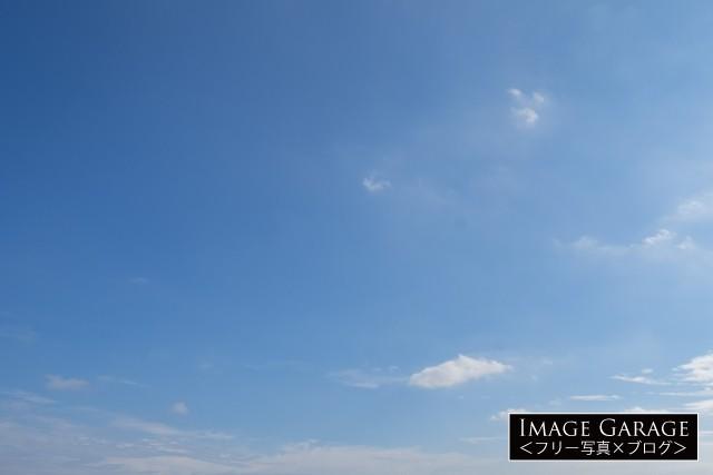 ちょぼちょとと雲がある青空のフリー写真素材(無料)