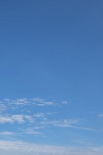下の方にだけ少し雲がある縦位置の青空