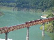 接岨湖の上を走る大井川鐵道のアプト式列車