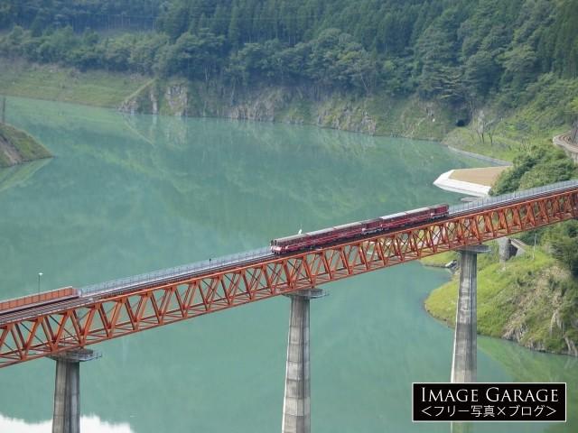 接岨湖の上を走る大井川鐵道のアプト式列車のフリー写真素材(無料)