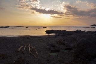 夕日を見ながら過ごす海岸のキャンプ風景