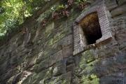 猿島の石積みと兵舎の窓