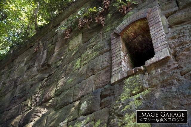 猿島の石積みと兵舎の窓のフリー画像(無料写真素材)