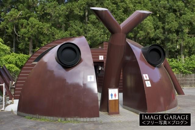 萬城の滝キャンプ場のカブトムシ型トイレのフリー写真素材(無料)