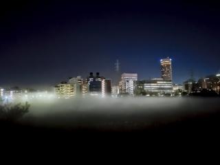 鶴見川の川霧 ・雲に浮く新横浜の街