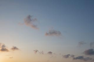 夕方感がある青空(横位置)