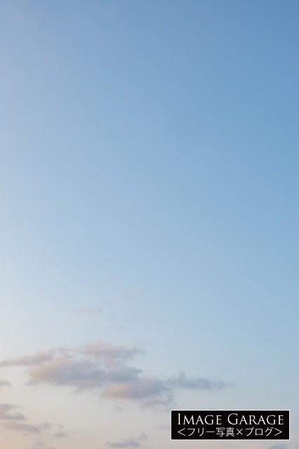 夕方感がある青空(縦位置)のフリー画像(無料写真素材)