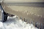 道路上の水が付着しウロコ状に凍った車の外装