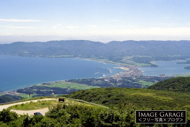 ドンデン山から見た佐渡島・両津の町のフリー写真素材(無料)