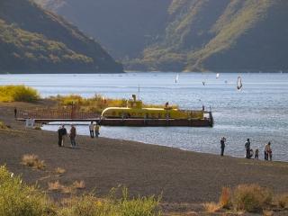 本栖湖の潜水艦型遊覧船もぐらん