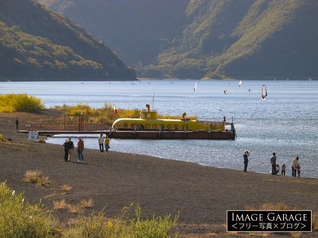 本栖湖の潜水艦型遊覧船もぐらんのフリー写真素材(無料)