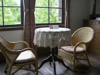 外交官の家・2F主寝室(テーブルとチェア)