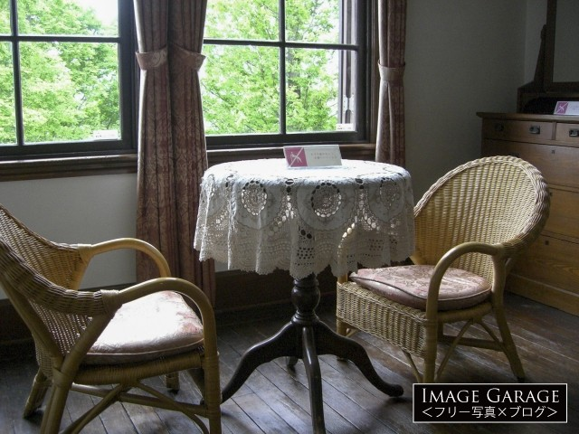 外交官の家・2F主寝室(テーブルとチェア)のフリー写真素材(無料)
