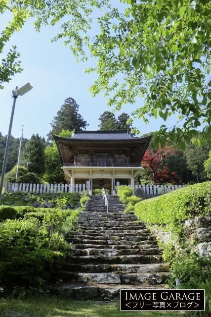 正面から見た定福寺の山門のフリー画像(無料写真素材)