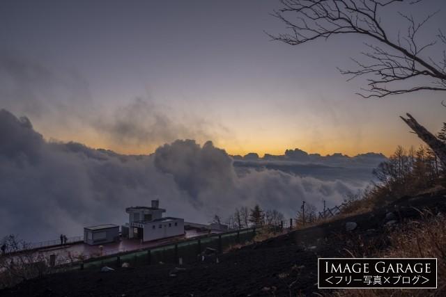 富士山 富士宮口の荒々しい雲海のフリー画像(無料写真素材)