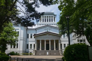 正面から見た大倉山記念館