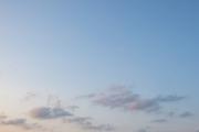 夕暮れ時の柔らかい青空(横位置)
