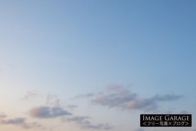 夕暮れ時の柔らかい青空(横位置)のフリー写真素材(無料)