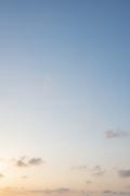 夕方感がある青空(縦位置)