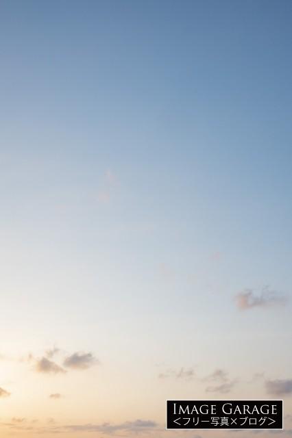 夕方感がある青空(縦位置)のフリー写真素材(無料)