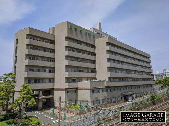 恵比寿駅近くにある厚生中央病院の外観のフリー写真素材(無料)