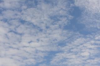 10月の雲が多めの青空(横位置)