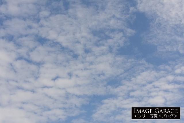 10月の雲が多めの青空(横位置)のフリー画像(無料写真素材)