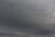 どんよりした雲がおおう暗い空
