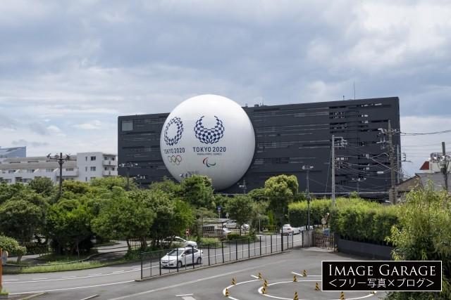 日の丸自動車教習所の球体オブジェ(五輪仕様)のフリー画像(無料写真素材)