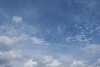 奥行き感のある10月の青空(横位置)