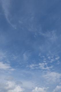 奥行き感のある10月の青空(縦位置)