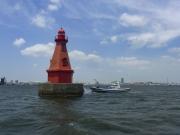 渡船が横付けしている横浜北水堤灯台・赤灯台