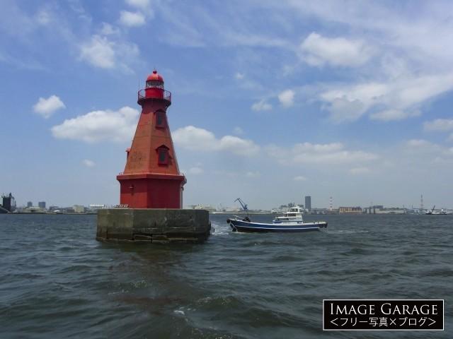 渡船が横付けしている横浜北水堤灯台・赤灯台のフリー画像(無料写真素材)