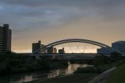 鶴見川に架かるアーチ橋・夕暮れの鴨池大橋