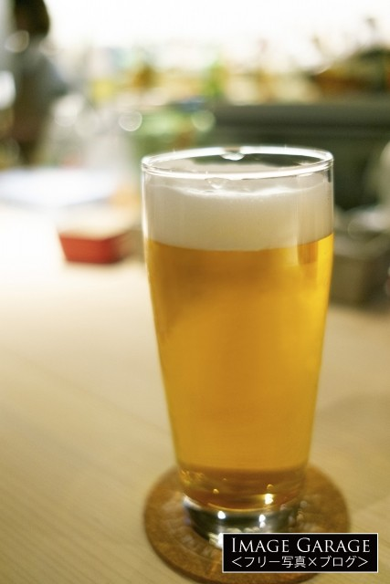 グラスに入ったビールのフリー画像(無料写真素材)