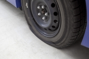 パンクした車のタイヤ