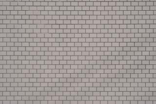 白っぽいベージュ色のタイル壁