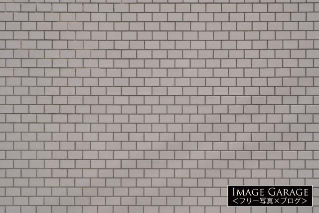 白っぽいベージュ色のタイル壁のフリー画像(無料写真素材)