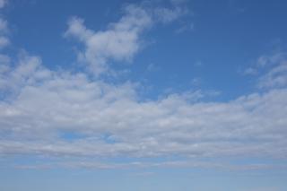 真ん中に雲が密集している青空(横位置)