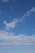 下側に雲が密集している青空(横位置)