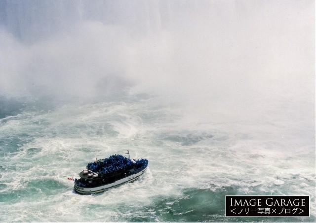 ナイアガラの滝を遊覧する霧の乙女号のフリー写真素材