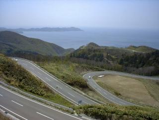 眺瞰台から眺めた国道339号線と日本海