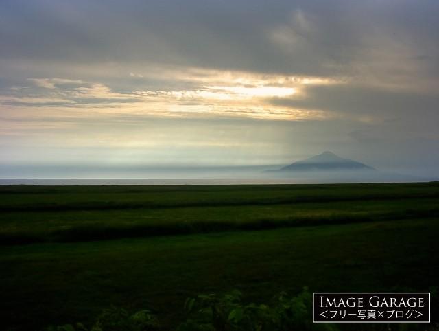 道道106号線から見た利尻富士のフリー写真素材