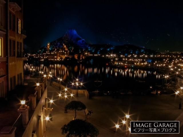ホテルミラコスタから眺めるファンタジーな夜景のフリー写真素材
