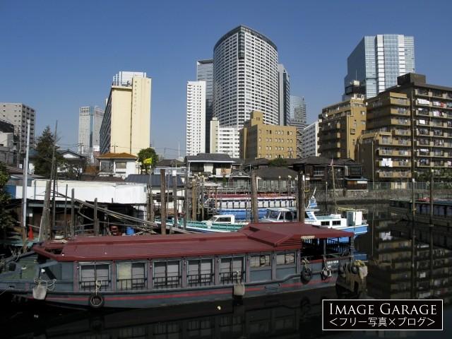 品川船溜まりの屋形船とビル群のフリー写真素材