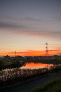 真っ赤に染まった夕焼けの鶴見川